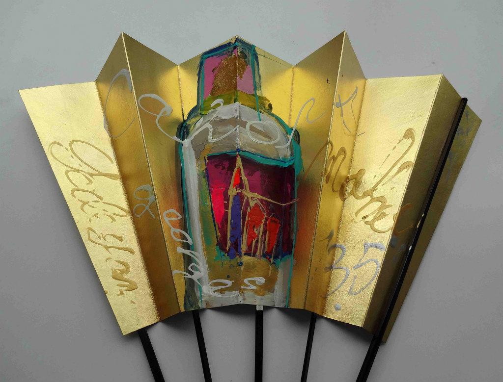 衣笠泰介が金扇にアクリル絵の具でペイント