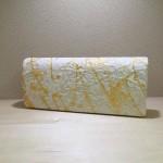 強くてしなやかな美濃和紙に1色だけで描く…。SACRA×衣笠泰介の手描きクラッチバッグ。